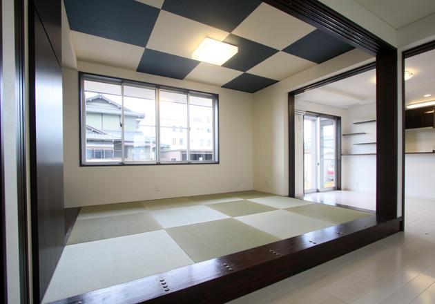 格子模様の天井と縁なしの畳