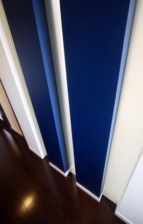 ビビットなブルーの壁