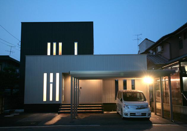 夜のガレージ