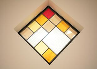 ステンドグラスのような赤や黄色を使った窓