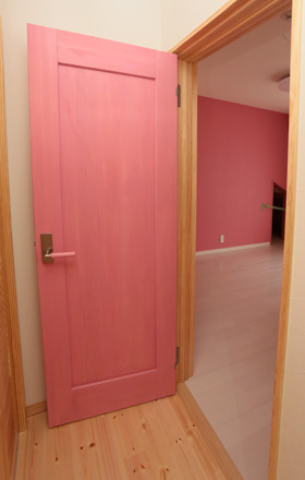 ピンクに塗られたドア