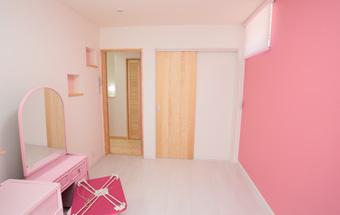 ピンクの壁紙を使った子ども部屋