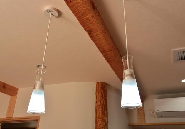 天井のぶら下がった照明