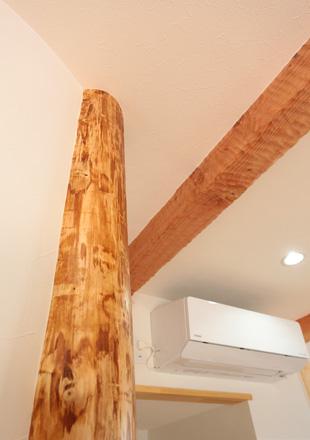 木肌、木目を見せるように立つ柱