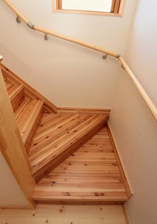 木目と木肌を活かした階段の踊り場