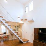 吹き抜けのリビングに階段 斬新さが素敵な家