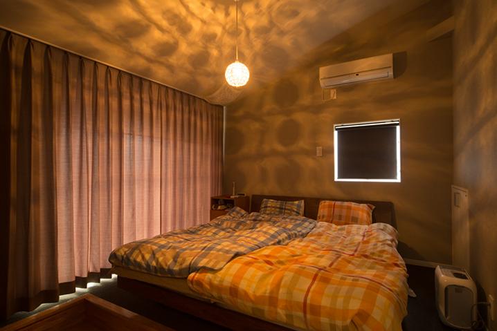 カーテンを閉めた状態の寝室