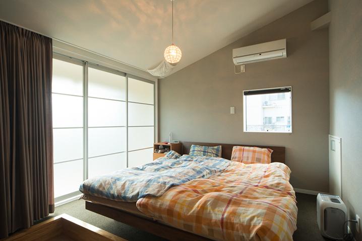 カーテンを開放した寝室